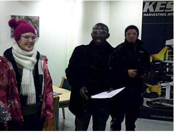 Suojalasit silmällä astumassa Kesla Oyj:n tehtaaseen. Kuvan opiskelijat tulevat liiketalouden, kansainvälisen kaupan ja tekniikan koulutusaloilta