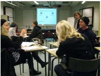 Kuva 4. Kumppanuutta kehittämässä – Metropolian tv- ja radiotyön opiskelijoita kumppanuusoppimisryhmän syövereissä tammikuussa 2011.