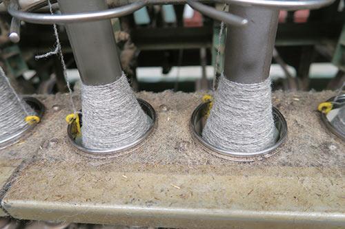 Kuva 5. Lanka kehrätään Pirtin Kehräämöllä. Kierrätysvillalankaan lisätään uutta villaa tai polyamidia lisäämään kestävyyttä.
