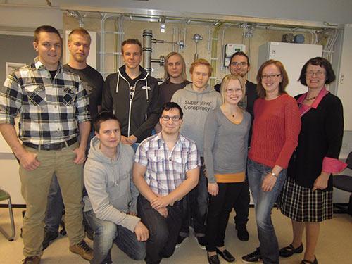 Kuva 2 Monikoulutustaustainen 10-henkinen opiskelijaryhmä oli oleellisen tärkeä osa katselmoinnin ydintyöryhmää. Opinnäytetöitä valmistui aihepiiristä useita. Kuvassa on opiskelijoiden rinnalla katselmointia vetänyt LVI-lehtori Pirkko Pihlajamaa.