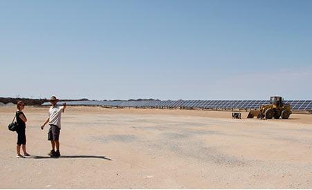 SAMK tutustumassa Innosun-yrityksen 5 MW aurinkovoimaan (kuvaaja Minna Keinänen-Toivola)