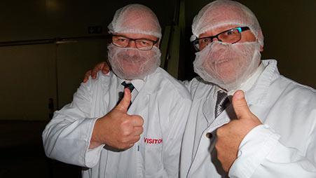 Heikki Koivisto/SAMK ja Fimuskraft Oy:n Ahti Koivunen tutustumassa Merlus Food Processor:n kalojen jalostusprosessiin. Kuva: Minna Keinänen-Toivola
