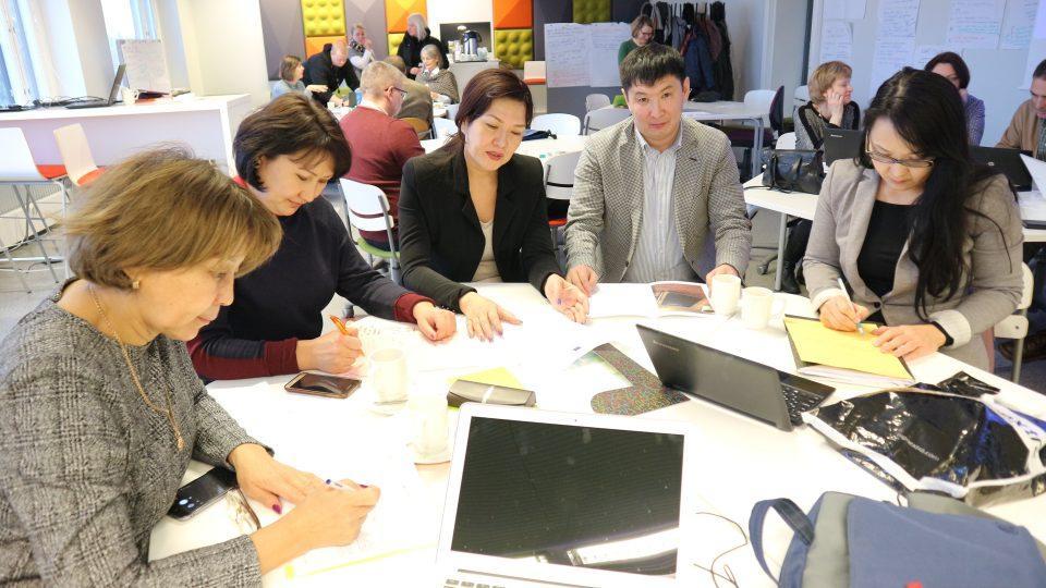 Kuva 1. Kazakstanilaiset partnerit TAMKissa järjestetyssä workshopissa.