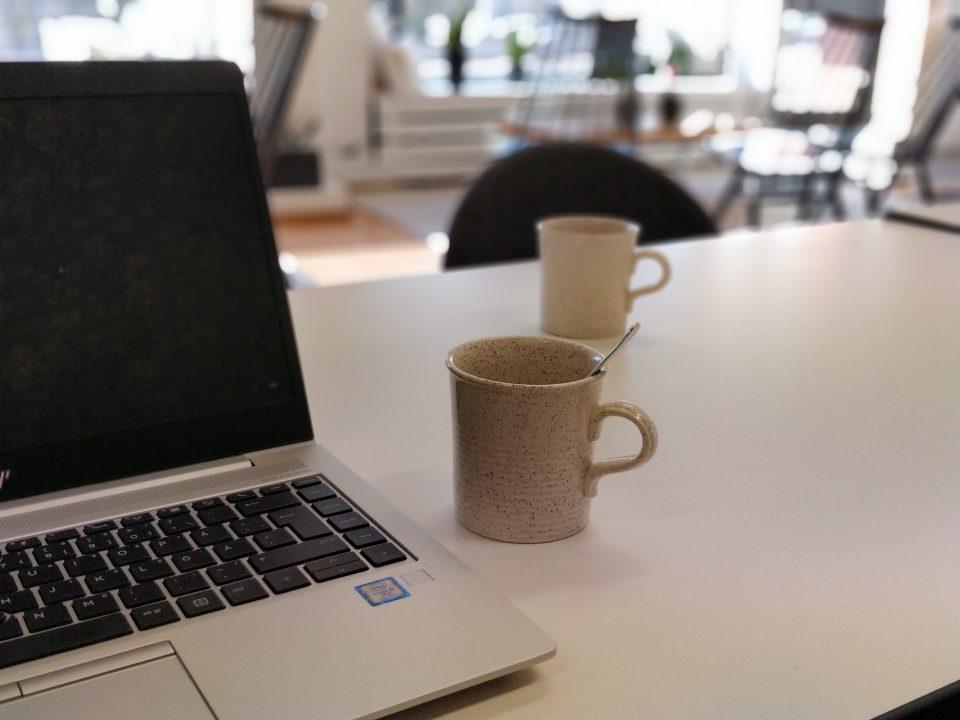 Kuva 1. Rentoutta ja kotoisuutta tiloihin tuovat omintakeiset yksityiskohdat. Kierrätysmyymälöistä hankitut kahvimukit ovat päivittäisessä käytössä.
