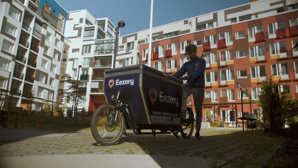 Kuva 2. Jätkäsaaressa kokeiltiin jakelukuljetuksia Eezery Enterprise Oy:n sähköisillä kuormapyörillä (kuvakaappaus Jätkä kokeilee -sivun videosta, FVH).