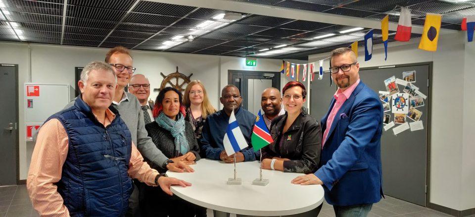Kuva 1. Namibialainen yritysdelegaatio vieraili Ruotsissa, Latviassa, Virossa ja Suomessa marraskuussa 2019. Viikko huipentui Raumalla, Satakunnan ammattikorkeakoulun vieraana. Artikkelin kirjoittajat kuvassa: keskellä Savela ja toinen oikealta Keinänen-Toivola.