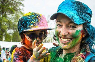 Kuvituskuva: äiti ja lapsi maalisin kasvoin