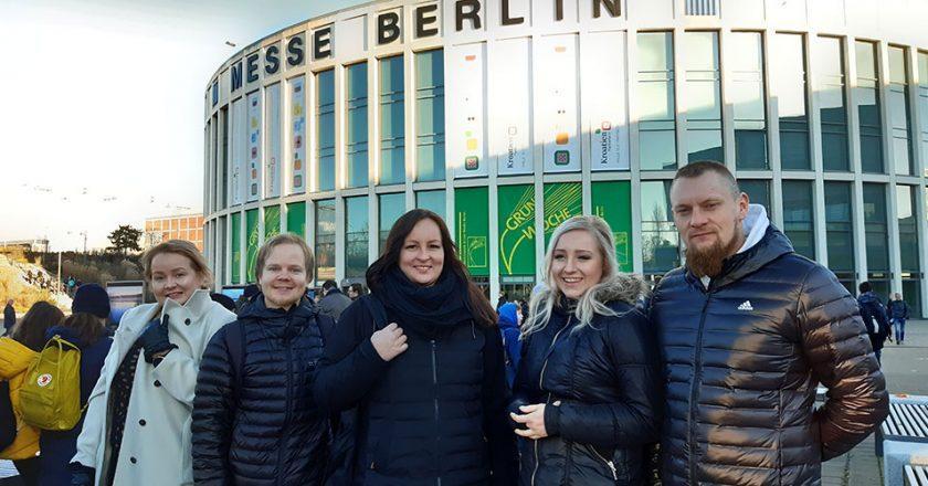 Kuvituskuva: ihmisiä Berliinin messukeskuksen edustalla