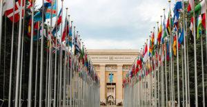 Kuvituskuva: YK:n päämajan edusta lippuineen.