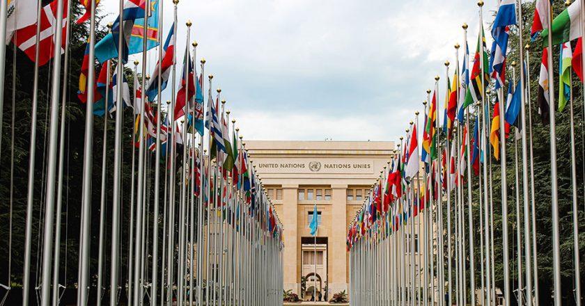 Kuvituskuva: YK:n päämajan edusta lippuineen