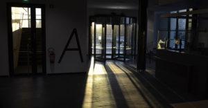 Kuvituskuva: toimistorakennuksen aulatila