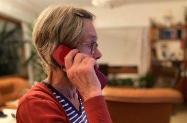 Iäkäs nainen puhuu puhelua
