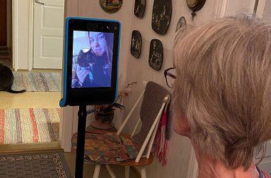 Lapsenlapsi Double 3 -etäläsnäololaitteella vierailulla Ritva-mummon ja Tarmo-kissan luona