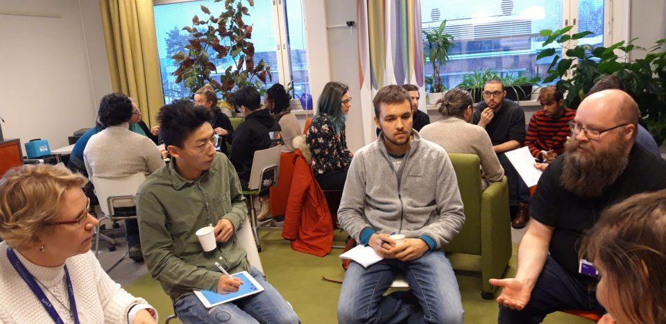 Kuva 1: Sustainability Open Space -tapaaminen, jossa opiskelijat ja henkilökunta keskustelevat kestävyyden eri teemoista ja kehittämismahdollisuuksista.