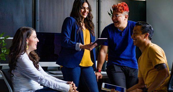 Kuvituskuva: Nuoria ammattilaisia työssään hymyilevinä