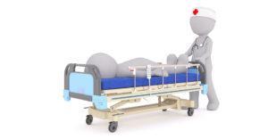 Piirroskuva potilasta sairaalasängyssä työntävästä hoitajasta.