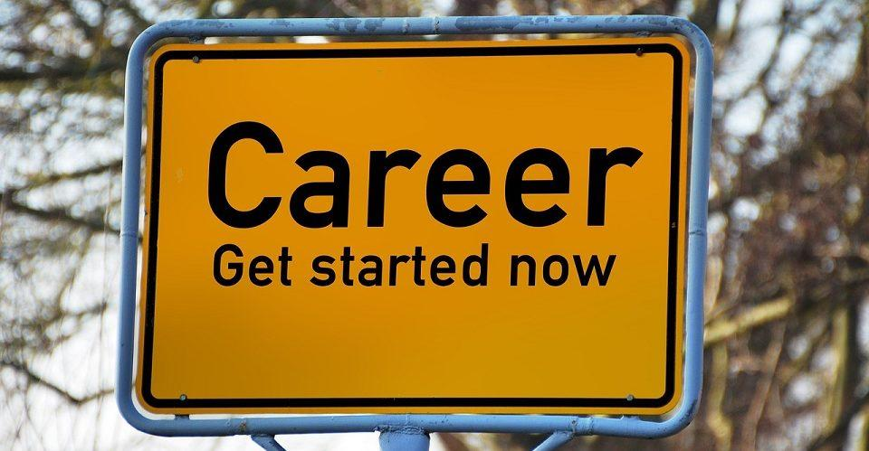Liikennemerkki Career, get started now -tekstillä.