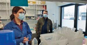 Henkilöt laboratoriossa.