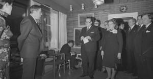 Mustavalkoinen valokuva, jossa Opetusministeri Marjatta Väänänen ja ministeriön virkamiehet onnittelemassa Johannes Virolaista tämän 60-vuotispäivänä.